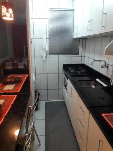 A kitchen or kitchenette at Apartamento Próximo à Lagoa do Desvio Rizzo, 10 min do Centro de Caxias