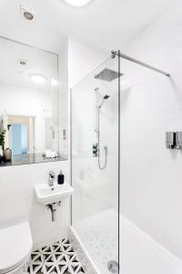 Bilik mandi di Bank Chambers Apartments