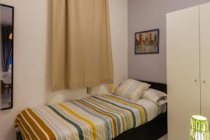 A bed or beds in a room at Apartamento Eixample Sants Estació