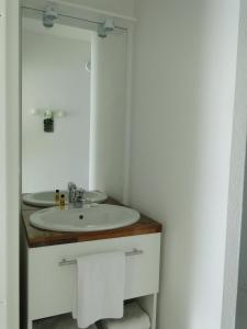 A bathroom at All Suites Bordeaux Mérignac - Aéroport