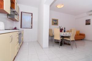 A kitchen or kitchenette at Apartmani Josip