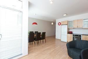 A kitchen or kitchenette at Apartments by ylma - Njálsgata