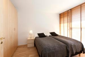 A bed or beds in a room at Apartments by ylma - Njálsgata