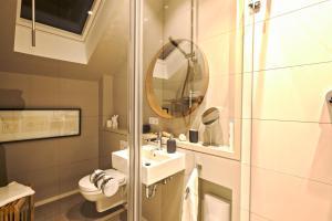 A bathroom at Privatzimmer Schönfelder