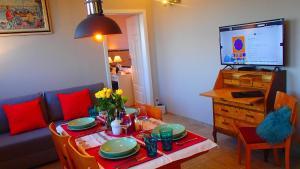 Televízia a/alebo spoločenská miestnosť v ubytovaní Cracovia Panorama East Apartment Vermelo