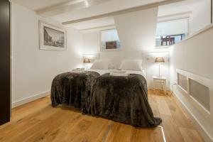 A bed or beds in a room at Short Stay Group Jordaan Laurier Serviced Apartments