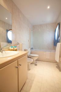A bathroom at Porto Gaia City and Beach by MP