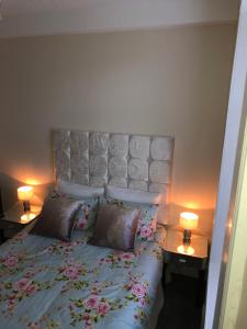 A bed or beds in a room at Accessible Ground Floor Apartment Near GLA Airport