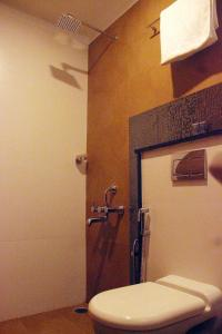 A bathroom at GTS SUITES