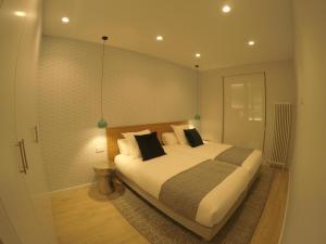 Cama o camas de una habitación en MARCIAL SUITE Central, modern and NEW.