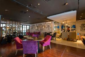 A restaurant or other place to eat at Roosseno Plaza Serviced Apartment