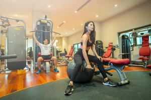 The fitness center and/or fitness facilities at Sherwood Suites