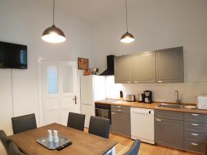 A kitchen or kitchenette at Langenscheidtstr · LANGEN Schöneberg boxspringbeds & flair for Family