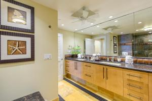 A kitchen or kitchenette at Kaanapali Alii 456 Condo