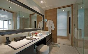 A bathroom at Lanson Place Bukit Ceylon Serviced Residences