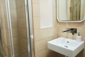 Koupelna v ubytování Emerald House
