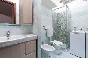 A bathroom at Shortstays Glamour Darsena