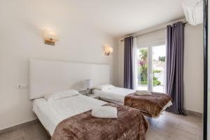 Een bed of bedden in een kamer bij Playa Duque Marbella Villa Sleeps 8 Pool Air Con