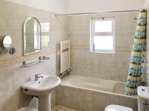 A bathroom at Benagil Villa Sleeps 9 Pool WiFi
