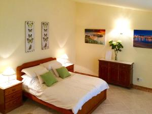 A bed or beds in a room at Benagil Villa Sleeps 14 Pool Air Con WiFi