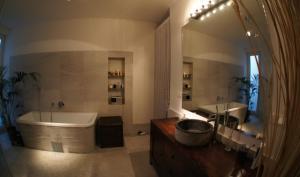 A bathroom at Rennweg Top Apartment