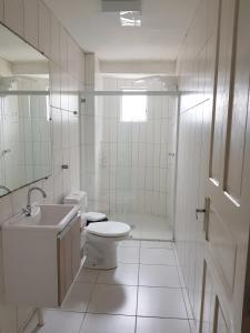 A bathroom at 02 Quartos próximos ao mar