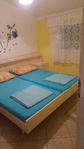 En eller flere senge i et værelse på Apartman Ivkica
