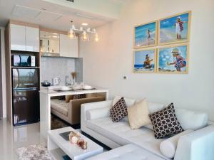 Кухня или мини-кухня в Delmare Bangsaray Beachfront x Stunning&High Sea View
