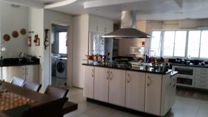 Una cocina o zona de cocina en Casa Jurerê Internacional