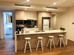 A kitchen or kitchenette at Stylish & Cozy Apartment Close to Airport and Sydney CBD