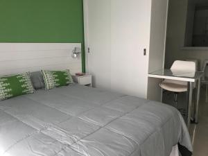 Una cama o camas en una habitación de 9 de Julio Park Suites