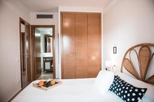 A bed or beds in a room at Apartament Oliveres IV by Hauzify
