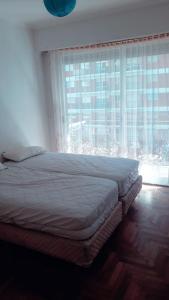 Una cama o camas en una habitación de DEPTO PLENO CENTRO A 3 DE LA PLAYA