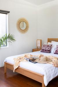 A bed or beds in a room at Lily Pad at Byron Bay