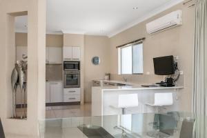 A kitchen or kitchenette at Bella on Banyan