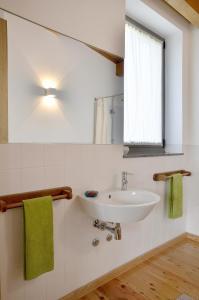 A bathroom at Quinta da Longra