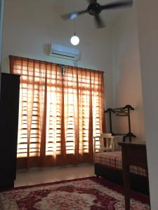 A television and/or entertainment center at Homestay Kak Maz