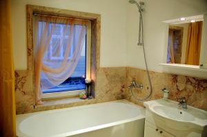 Vannituba majutusasutuses Embrace Guestrooms & Apartments