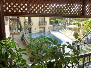 Вид на бассейн в Orange Garden Apart Hotel или окрестностях