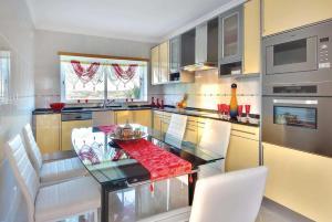 A kitchen or kitchenette at Salgados Villa Sleeps 6 Air Con WiFi