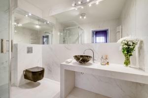 A bathroom at SAVOY Mariacka Apartments