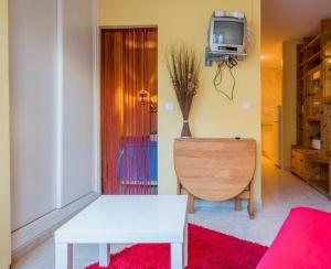 A television and/or entertainment centre at Apartamento Torresol Nerja