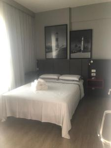 A bed or beds in a room at Flat em frente ao Salvador Shopping