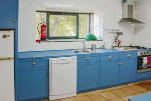 A kitchen or kitchenette at Alentem Villa Sleeps 8 WiFi