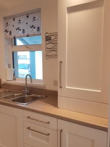A kitchen or kitchenette at The T House