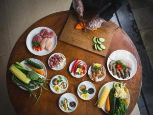 Options de déjeuner ou de dîner proposées aux clients de l'établissement Aria Exclusive Villas & Spa