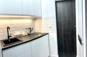 A kitchen or kitchenette at D&M Apart Suraska 4
