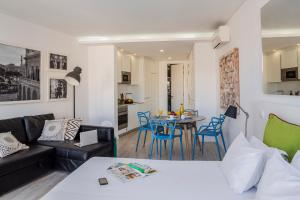 A seating area at Hello Lisbon Rossio Collection Apartments