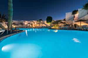 Het zwembad bij of vlak bij Apartamentos Parque Tropical en Lanzarote