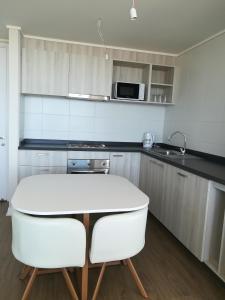 Una cocina o zona de cocina en Departamento nuevo. Maravillosa vista al mar. En Bosques de Montemar